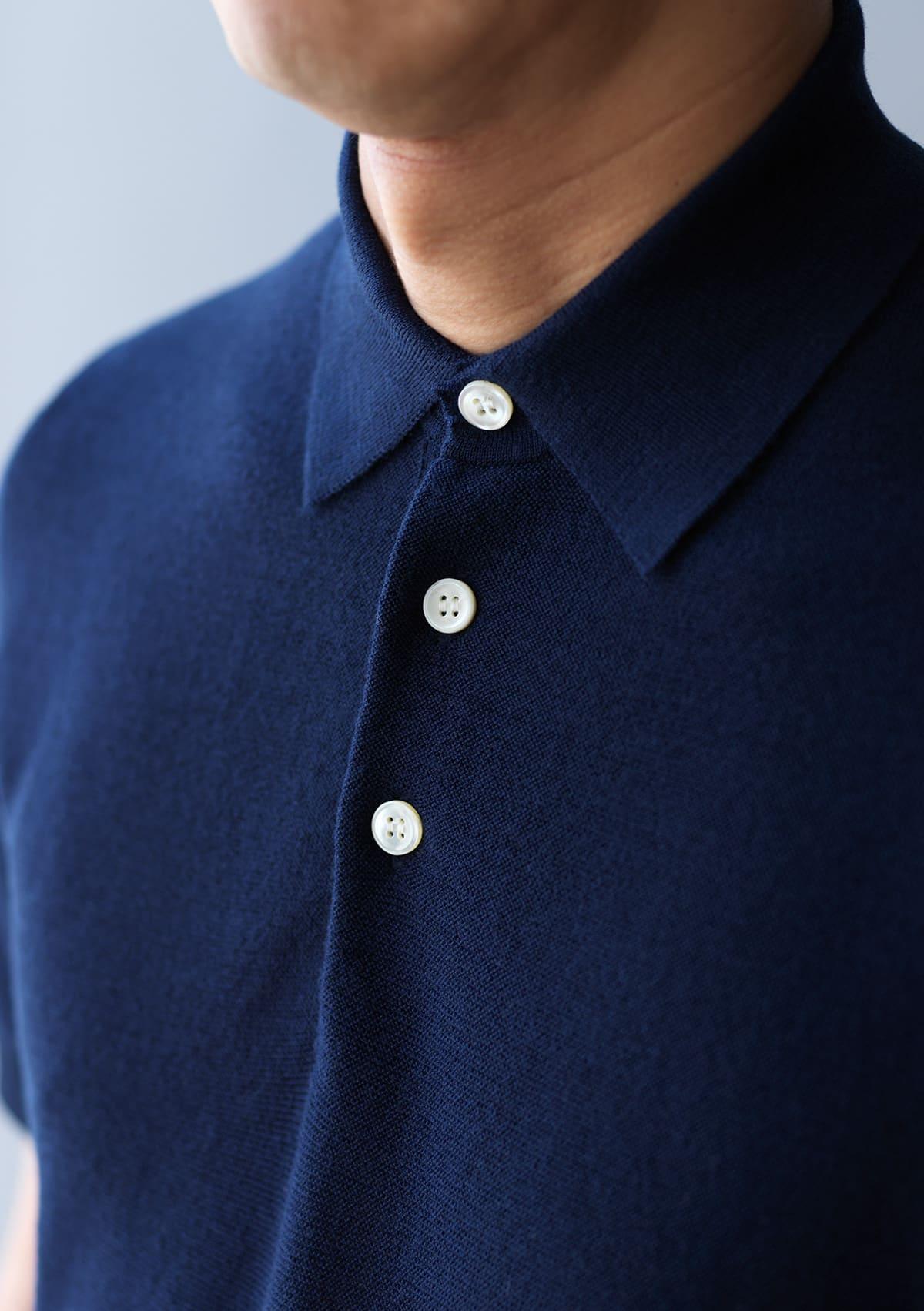 ボタンを閉じても上品に見える襟のデザイン