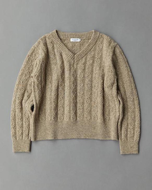 ケーブル編みが立体感を演出。着こなしが楽しいVネックセーター