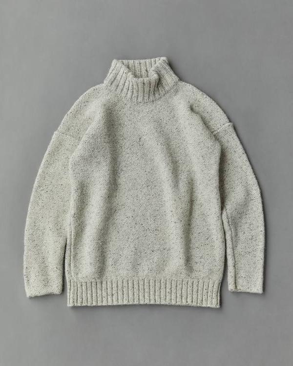カラーネップや編み目の裏使いが新鮮。人気モデルのハイネックニット