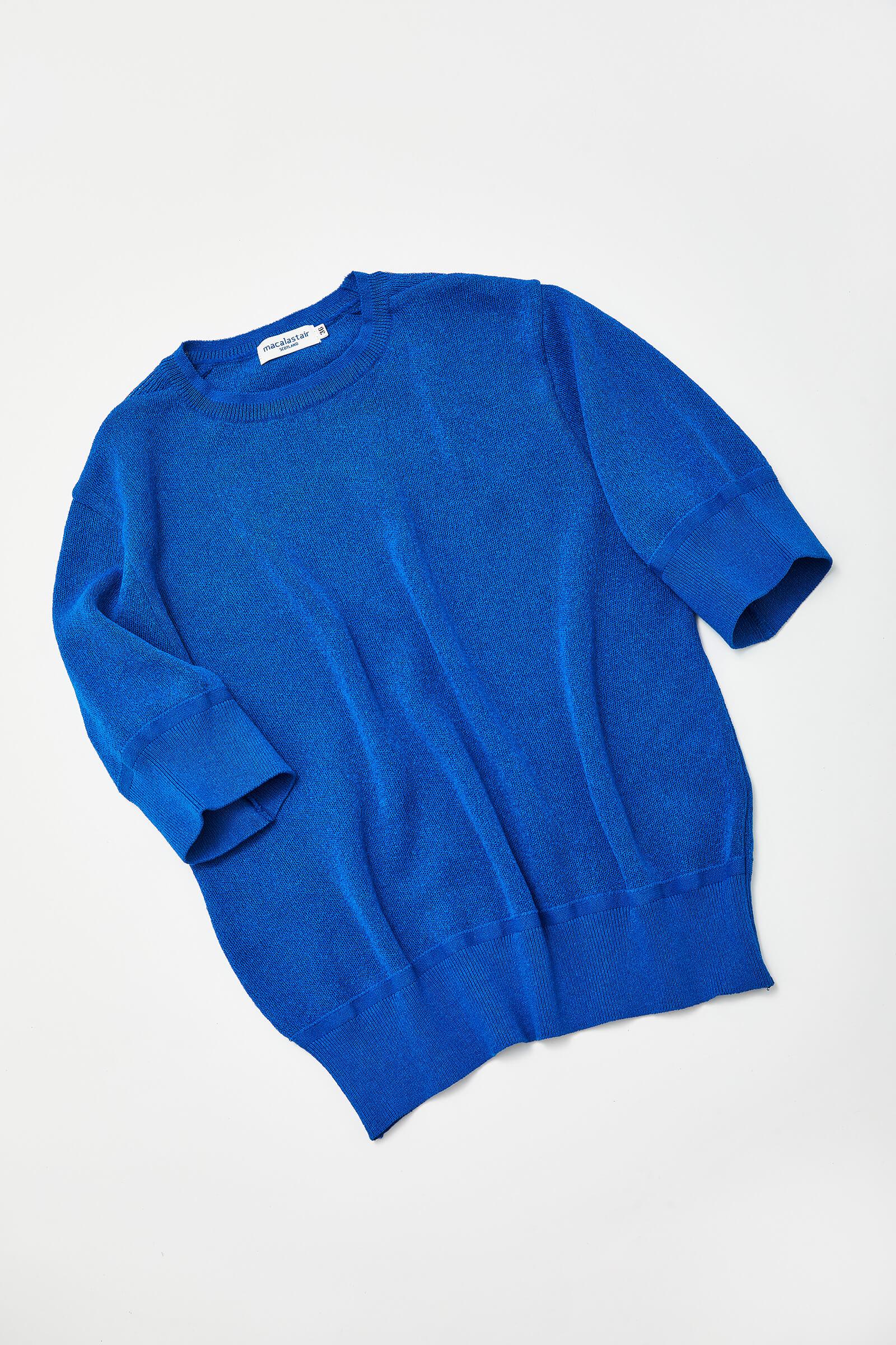 昨年の春夏シーズンに登場し、好評を博したニットTシャツ。袖口をパフ・スリーブにし、裾を長めのリブ仕様に設計することで女性らしいシルエットに
