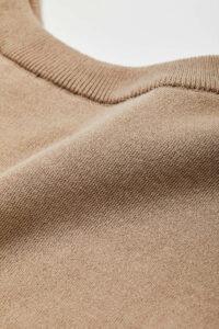 通常のコットンより繊維質の長い希少繊維「超長綿」を16ゲージのスムースに編み立てました