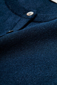 編み目の細かい16ゲージにすることで、レイヤードした時にインナーのアタリが出にくい目の詰まったしっかりとした質感に