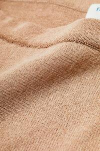 植物由来の素材である和紙とポリエステルの混紡糸を、12ゲージの天竺に編み立てました