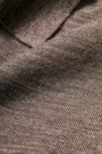 ウール100%糸を、16ゲージの天竺編みにした生地を使用。天然繊維として知られるウールには、吸放湿性、抗菌性、伸縮性など魅力的な機能があります